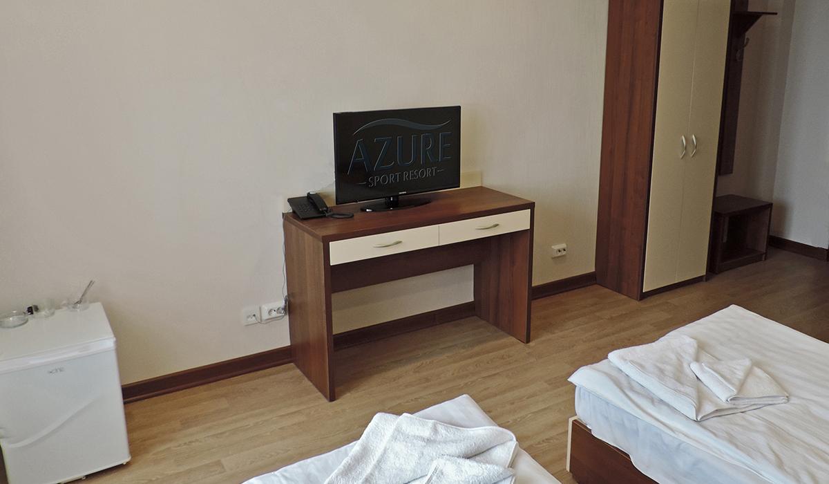 вид номера в отеле с телевизором